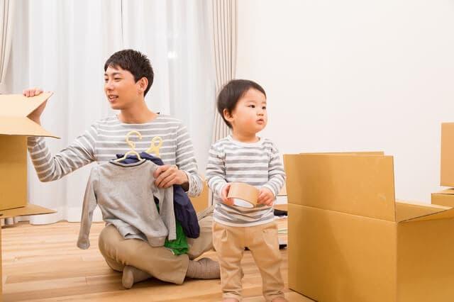 荷造りをする親子