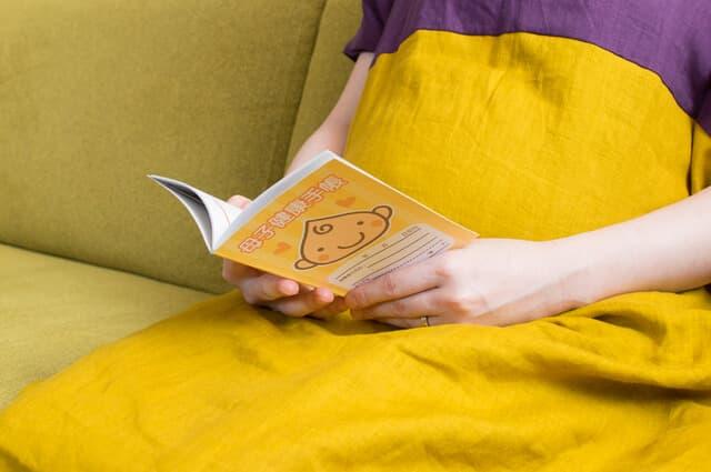 母子手帳を持つ妊婦さん