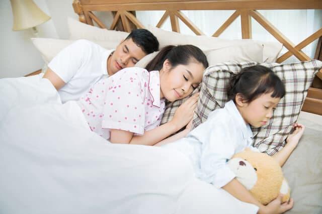 家族で寝ている様子