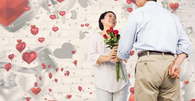 妊婦に花束をあげるパパ