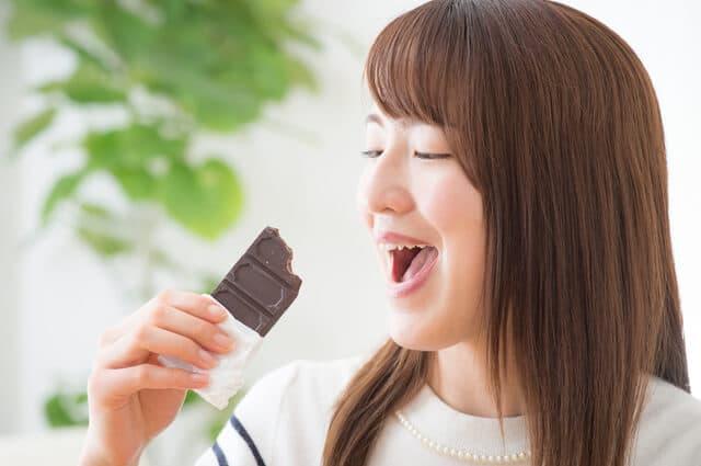 チョコレートを食べる女性
