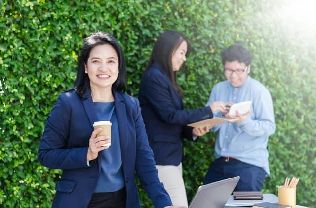 上司とコーヒーを飲む女性