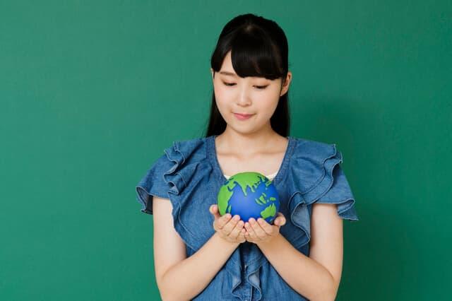 地球儀をもつ女性