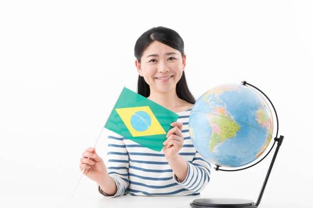 ブラジルの国旗をもつ女性