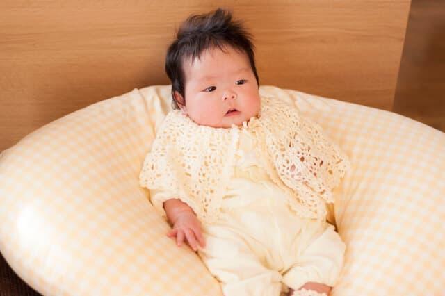 授乳クッションにもたれる赤ちゃん