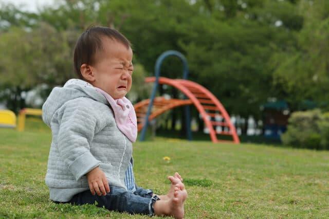 公園で泣く赤ちゃん