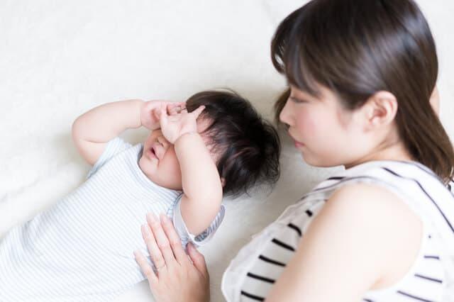 ママの隣で泣く赤ちゃん