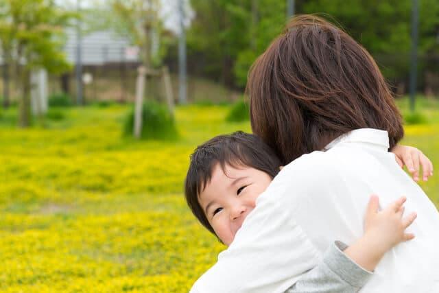 ママに抱き着く赤ちゃん