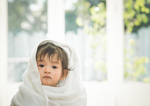 タオルを巻く赤ちゃん