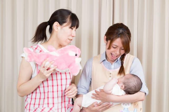 ベビーシッターと赤ちゃん