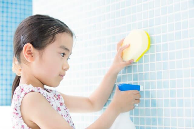 お風呂掃除をする子ども