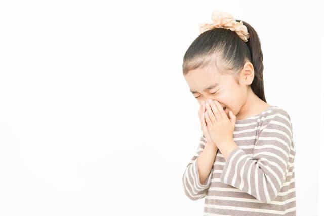 咳をする子ども