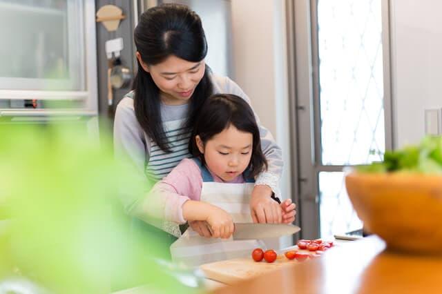 料理を手伝う子ども