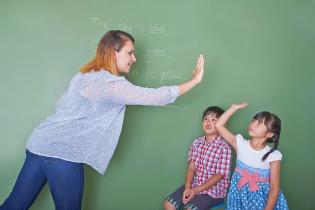 英会話教室に通う子ども