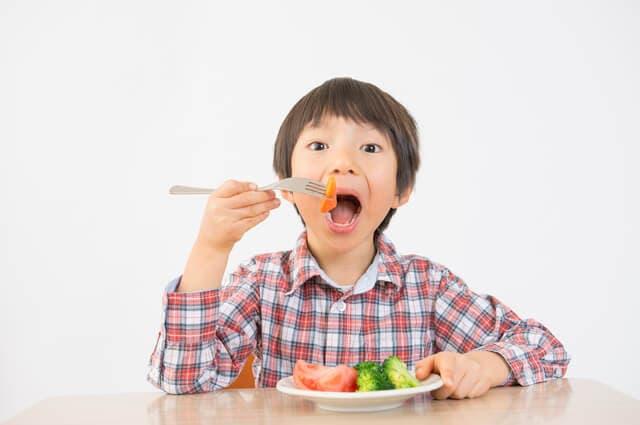 野菜を食べる子ども