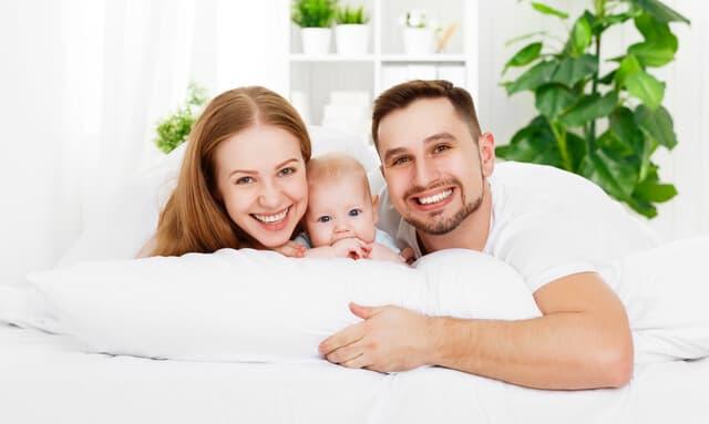 ベッドに横になる家族