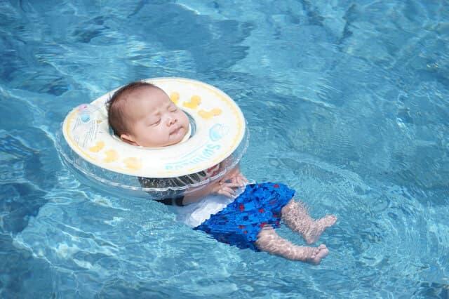 浮かぶ赤ちゃん