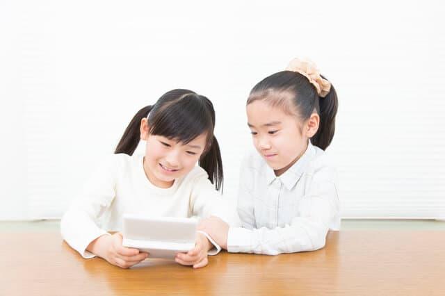 友達とゲームをする女の子