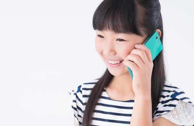 電話をする女の子