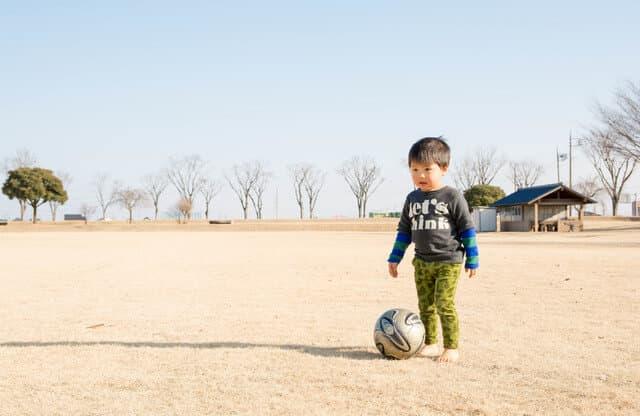 サッカーをする幼児