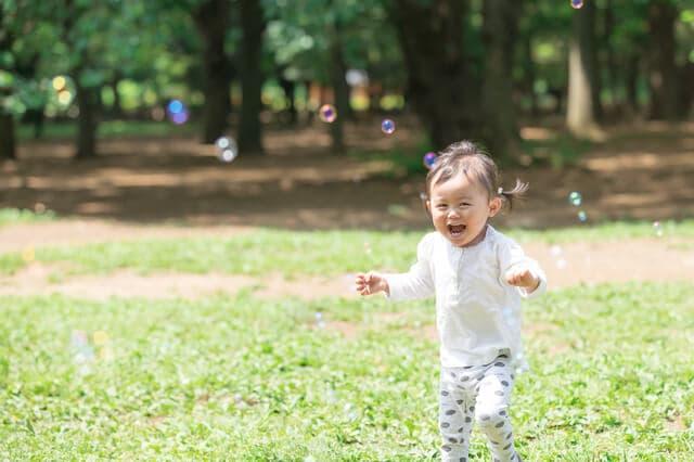 公園で遊ぶ幼児