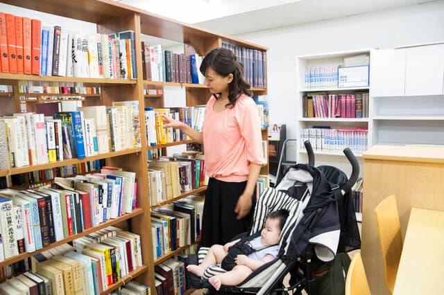 赤ちゃんと図書館に行くお母さん