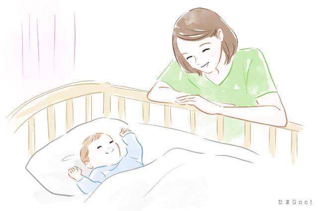 赤ちゃんをみるお母さん