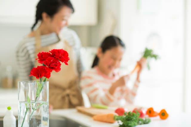 花の手入れをする親子