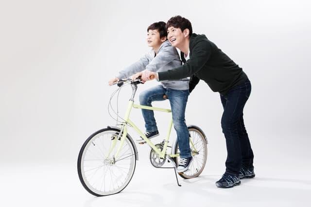 自転車にのる親子