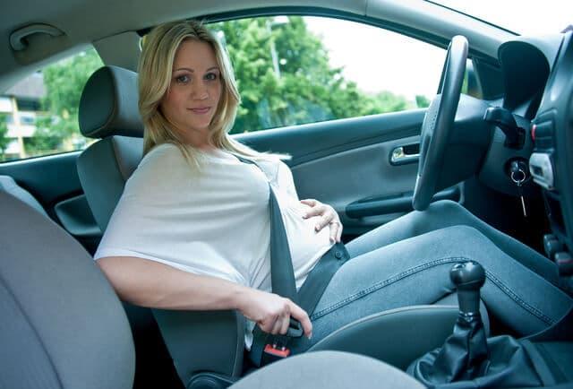 車に乗る妊婦さん