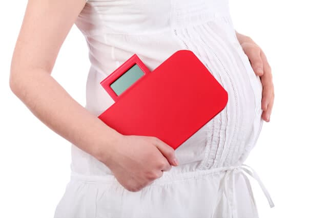 体重計を持つ妊婦さん