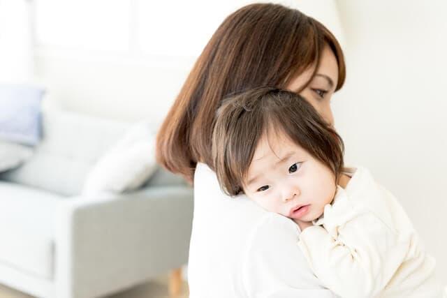 ママに甘える赤ちゃん
