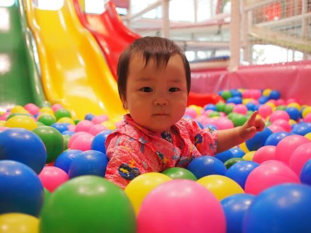 ボールプールで遊ぶ赤ちゃん