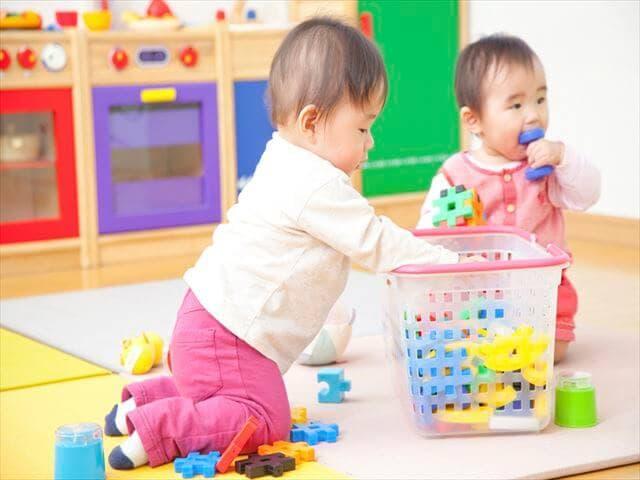 ブロックで遊ぶ赤ちゃん