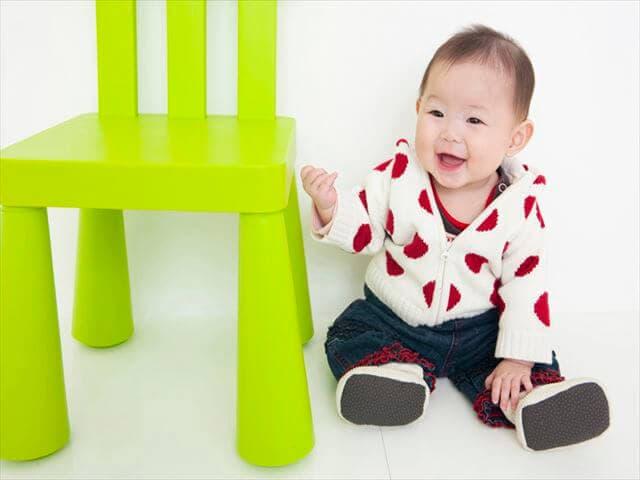 椅子の隣に座る赤ちゃん