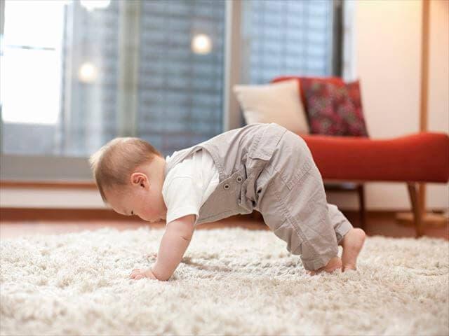 立とうとしている赤ちゃん