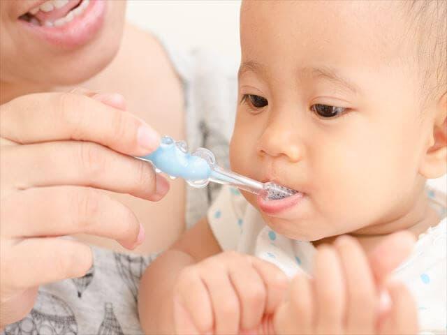 歯磨きをする赤ちゃん