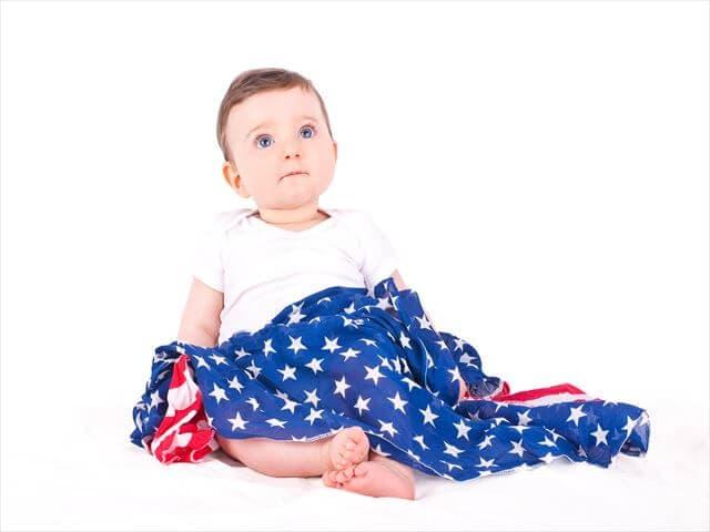 国旗をもつ赤ちゃん