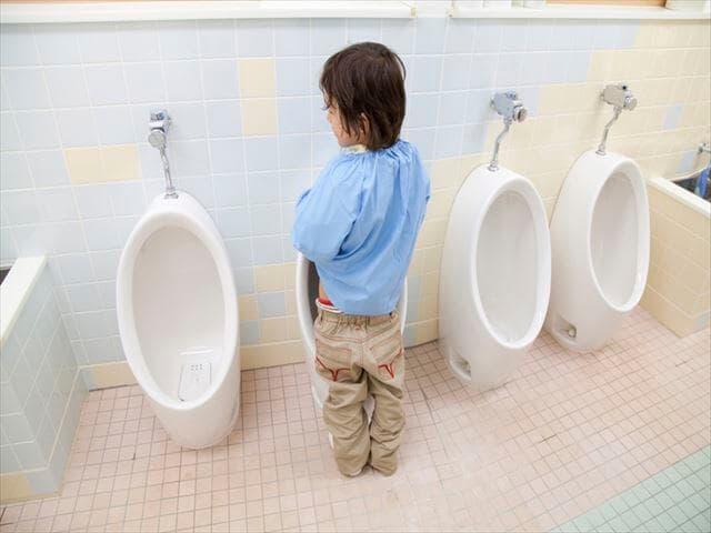 トイレにいる子ども