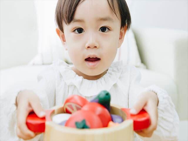 おもちゃを渡す子ども