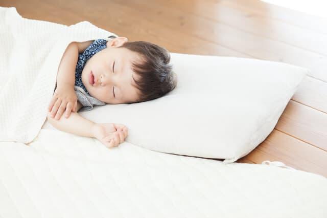 床で寝る子ども