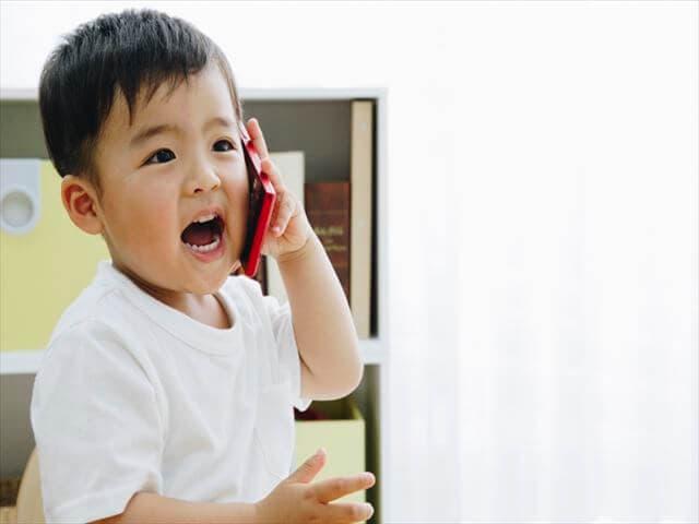 電話で話す子ども