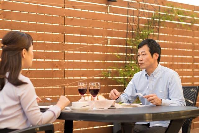 レストランで食事をする夫婦