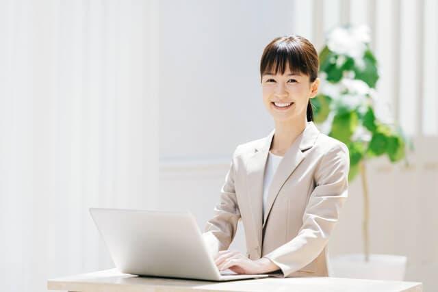 パソコンをうつ女性