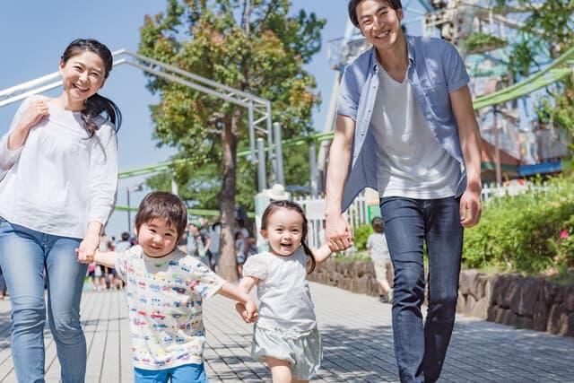 テーマパークで遊ぶ家族