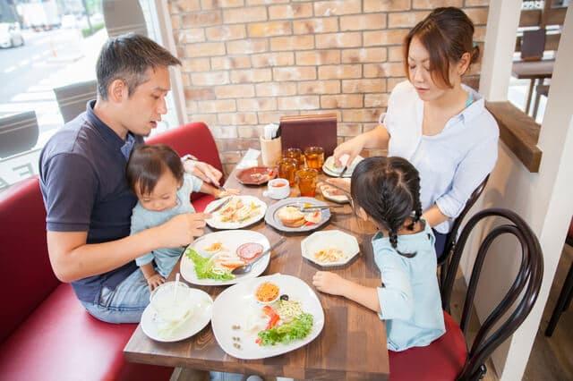外食をする家族