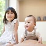 子どもの姿勢が悪くなる原因と三つの対策法 姿勢が悪いと成績にも影響する?