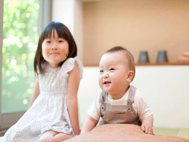 女の子と赤ちゃん