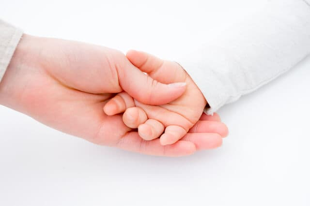 手をつなぐお母さん