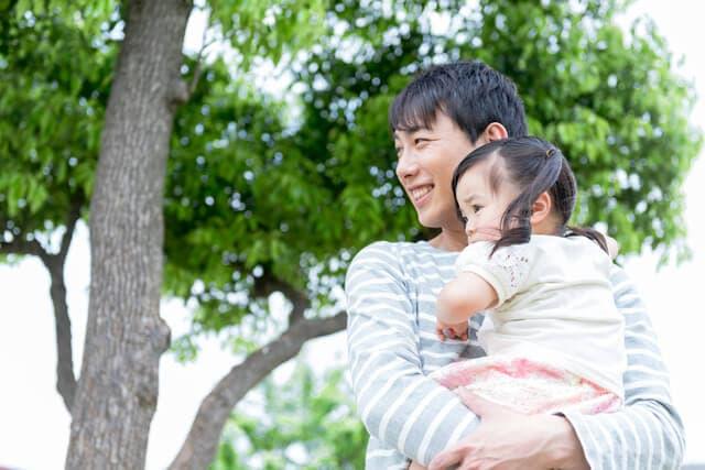 子どもを抱っこするパパ